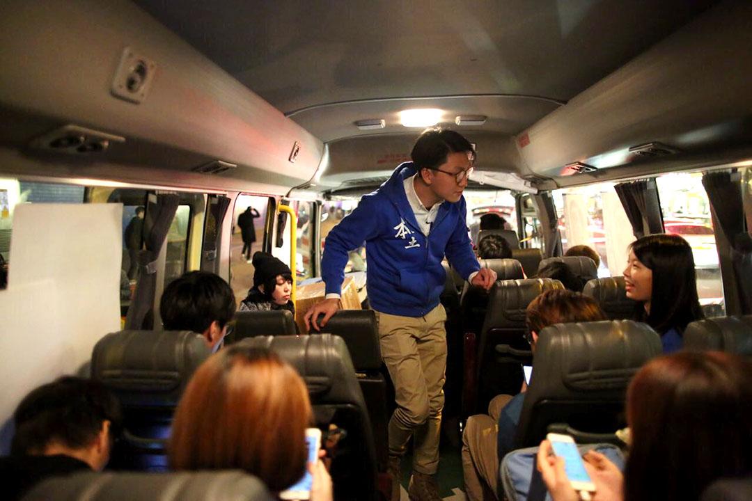2016年2月28日,梁天琦乘坐旅遊巴,在新界東各區拉票。攝:羅國輝/端傳媒