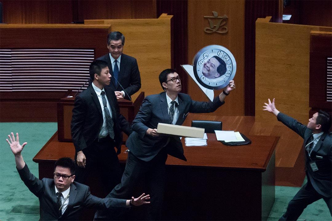 2015年10月22日,特首梁振英到立法會出席行政長官答問大會時,有議員向他投擲示威物品。攝:盧翊銘/端傳媒