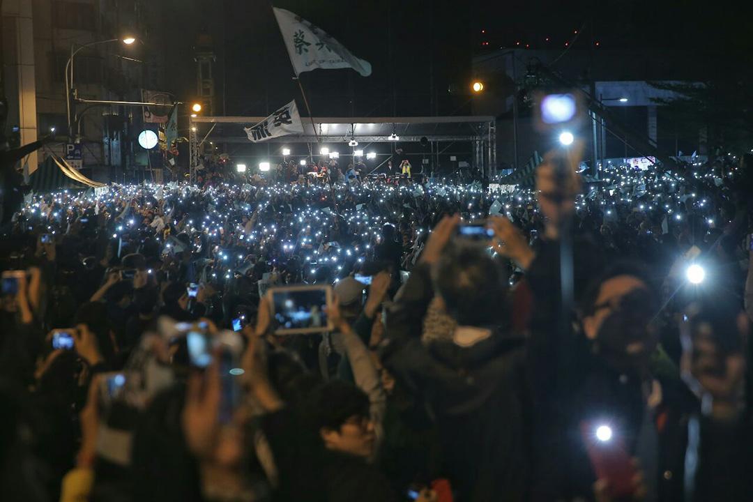 2016年1月16日,台北,民進黨支持者參與蔡英文公佈當選後集會。攝:張國耀/端傳媒