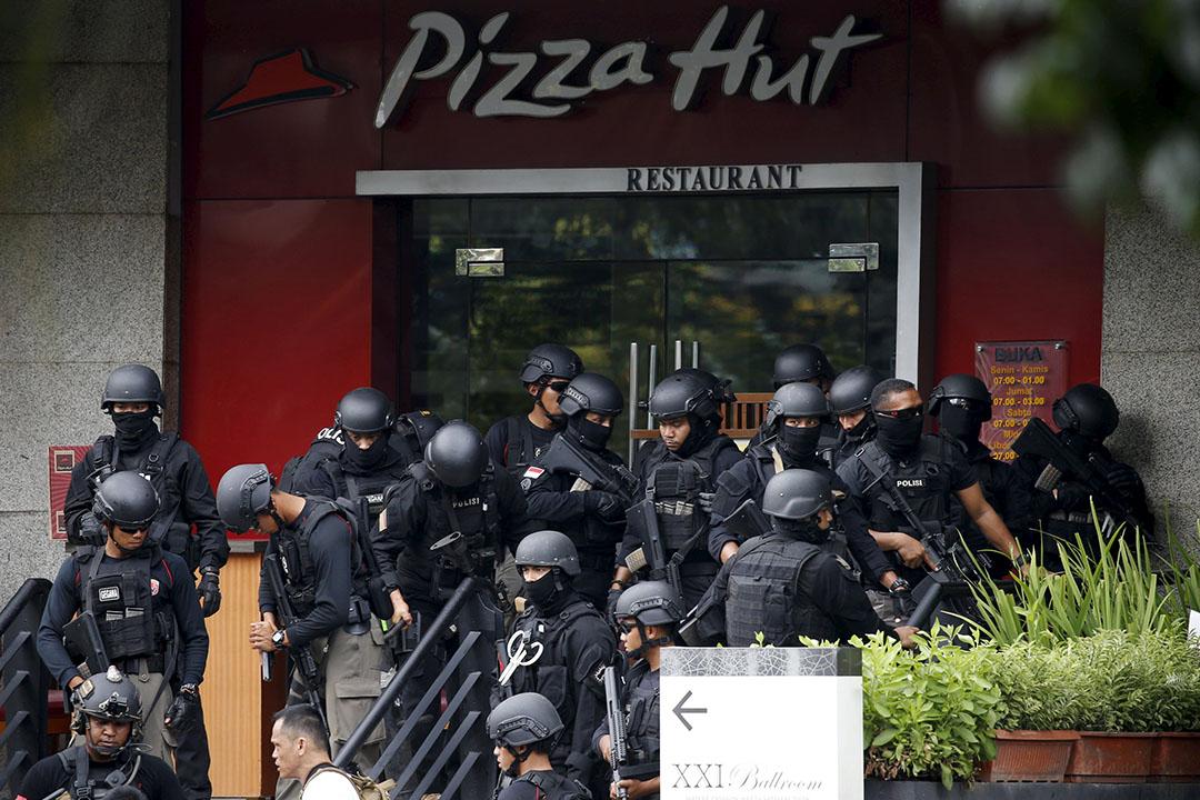 警方在襲擊現場附近餐廳外戒備。攝:Beawiharta/REUTERS