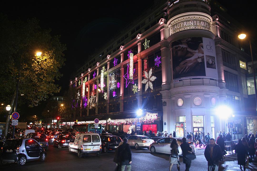 2015年12月6日,法國巴黎,掛滿聖誕裝飾的巴黎春天百貨。攝:Pascal Le Segretain/GETTY