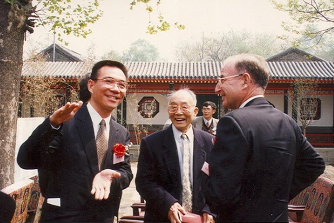 杜潤生(中)與林毅夫(左),攝於1997年。北大國家發展研究院圖片