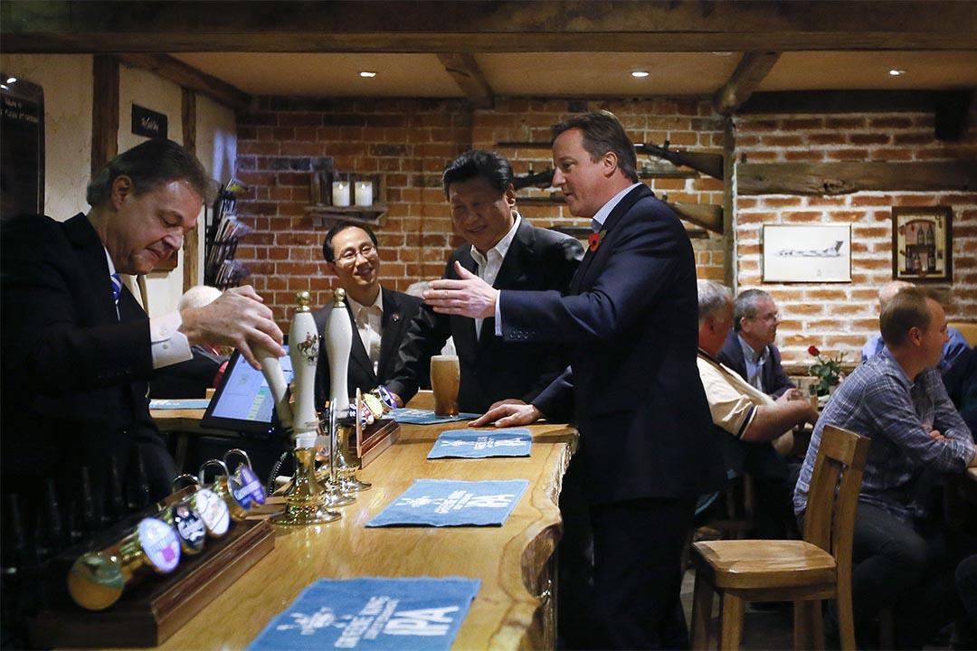 2015年10月22日,在英國訪問的國家主席習近平和英國首相卡梅倫舉行「莊園會晤」期間,往當地一家 The Plough 酒吧體驗英國酒吧文化。攝:Getty Images