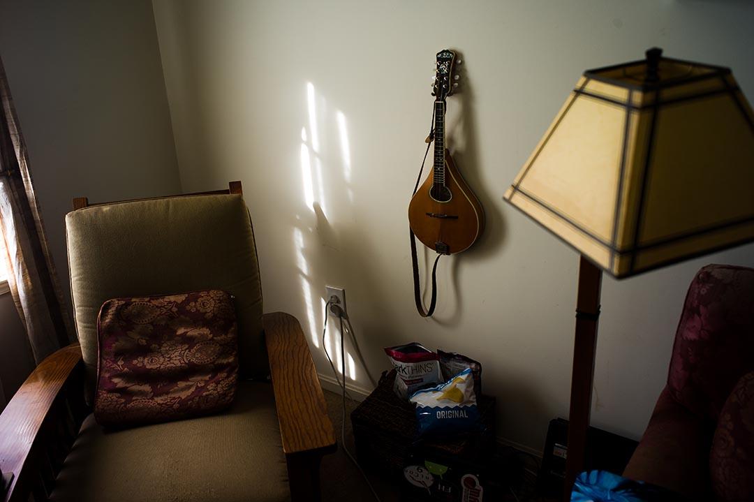 在客廳的牆上,掛着Carey最喜歡的樂器,曼陀林(mandolin)。Carey說如果有機會,他會帶着這把琴一起去火星。攝 : Xiao Chang/端傳媒