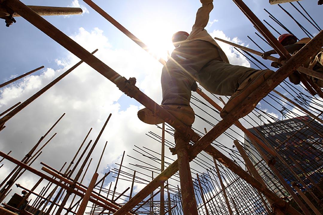一名建築工人在肯尼亞首都內羅畢地盤工作。攝: Thomas Mukoya/REUTERS