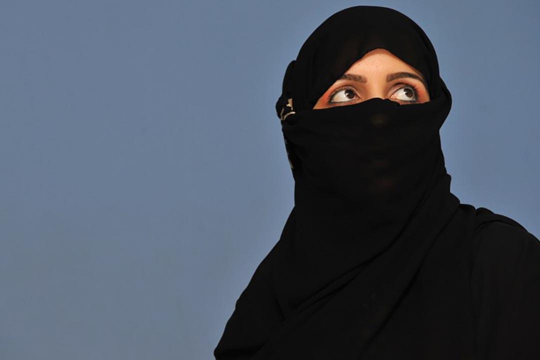 在沙特阿拉伯12月12將舉行的地方選舉中,有至少17名女性候選人贏得議席。圖為沙特阿拉伯女權主義者 Asmaa al-Ali 正在接受媒體採訪。攝 : Fayez Nureldine/AFP
