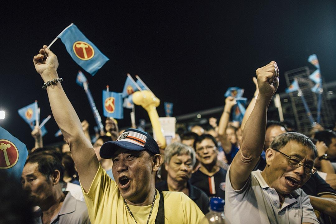 工人黨支持者在實龍崗體育場的晚會中搖旗吶喊。攝 : Anthony Kwan/端傳媒