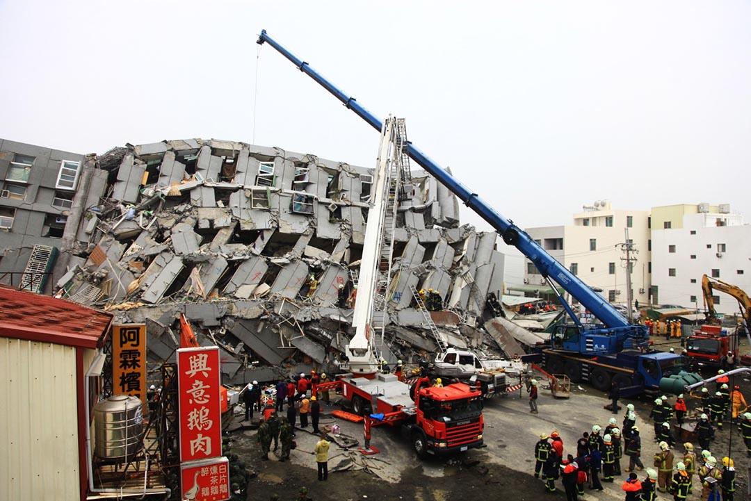 救援隊伍在災區現場拯救。攝 : 曾信耀/端傳媒