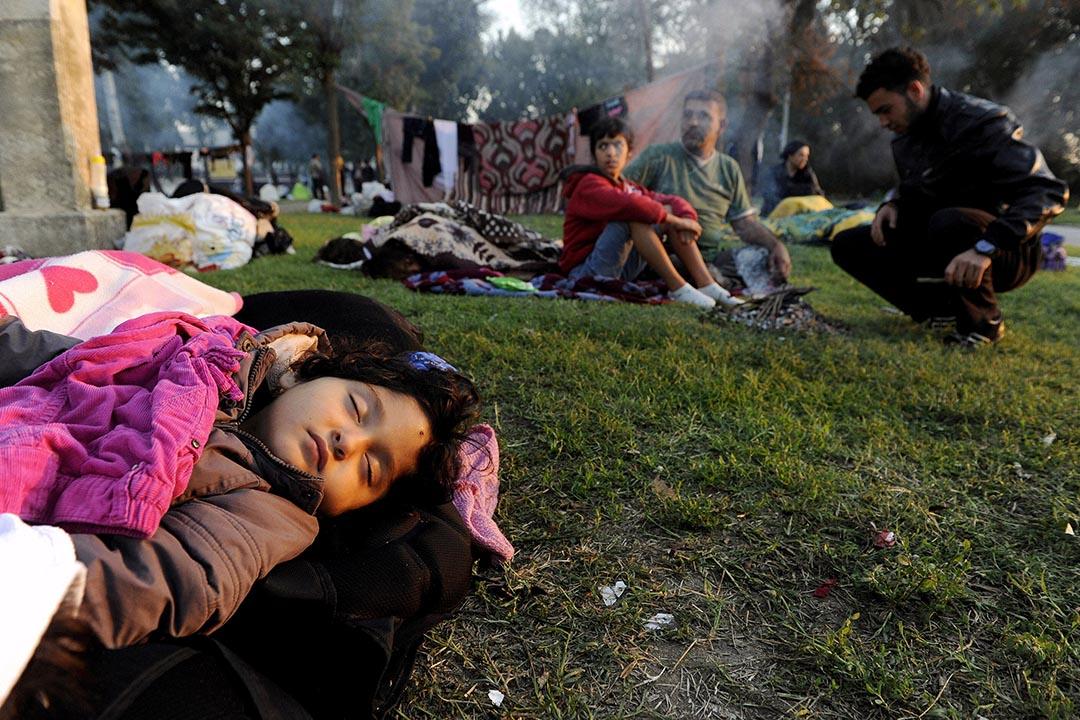 一名難民小孩睡在埃迪爾內的摔跤競技場外。攝 : Alexandros Avramidis/REUTERS