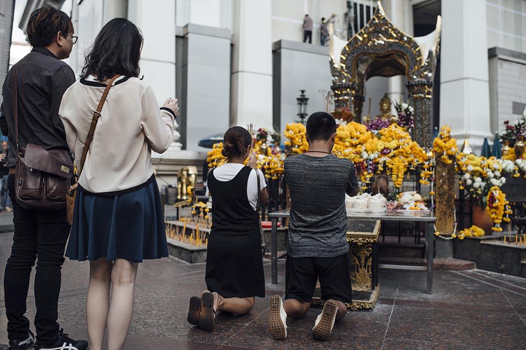 市民到四面佛寺參拜。攝 : Anthony Kwan/端傳媒