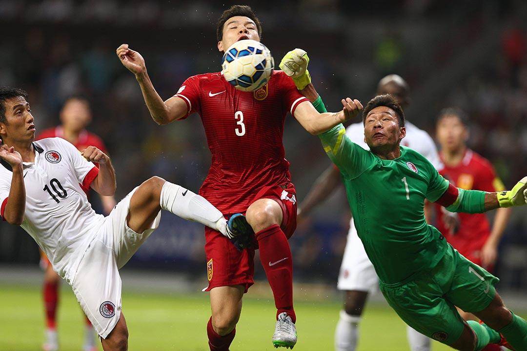 香港足球代表隊門將葉鴻輝力阻中國隊球員進攻。AFP