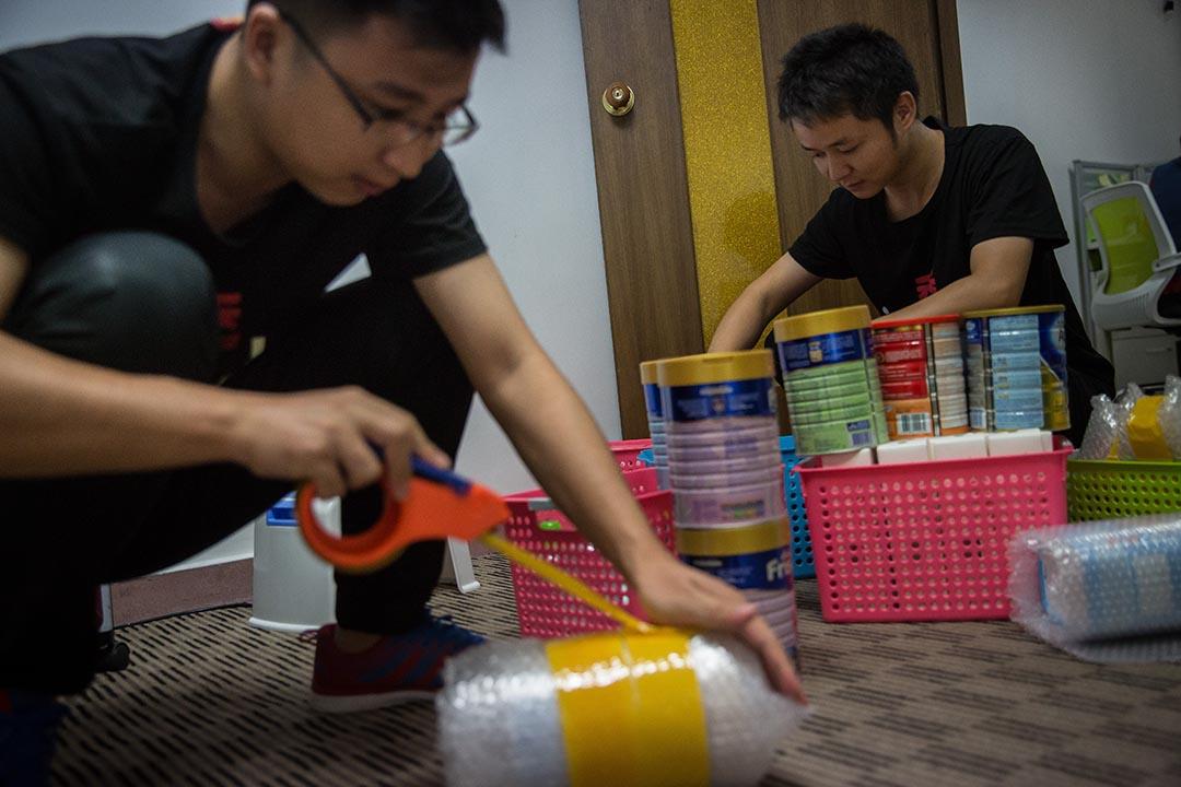 員工把每天客人訂購的貨物打包。攝:Billy H.C. Kwok/端傳媒