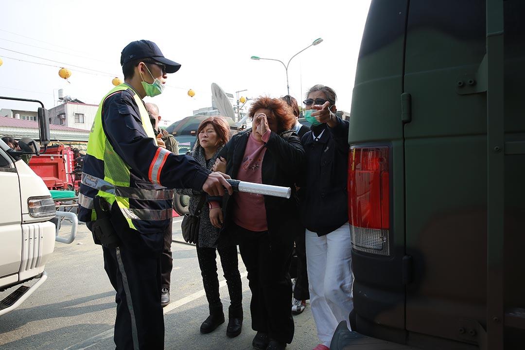 台灣警察封鎖現場,家屬在旁等候,面露哀傷。攝 : 徐翌全/端傳媒