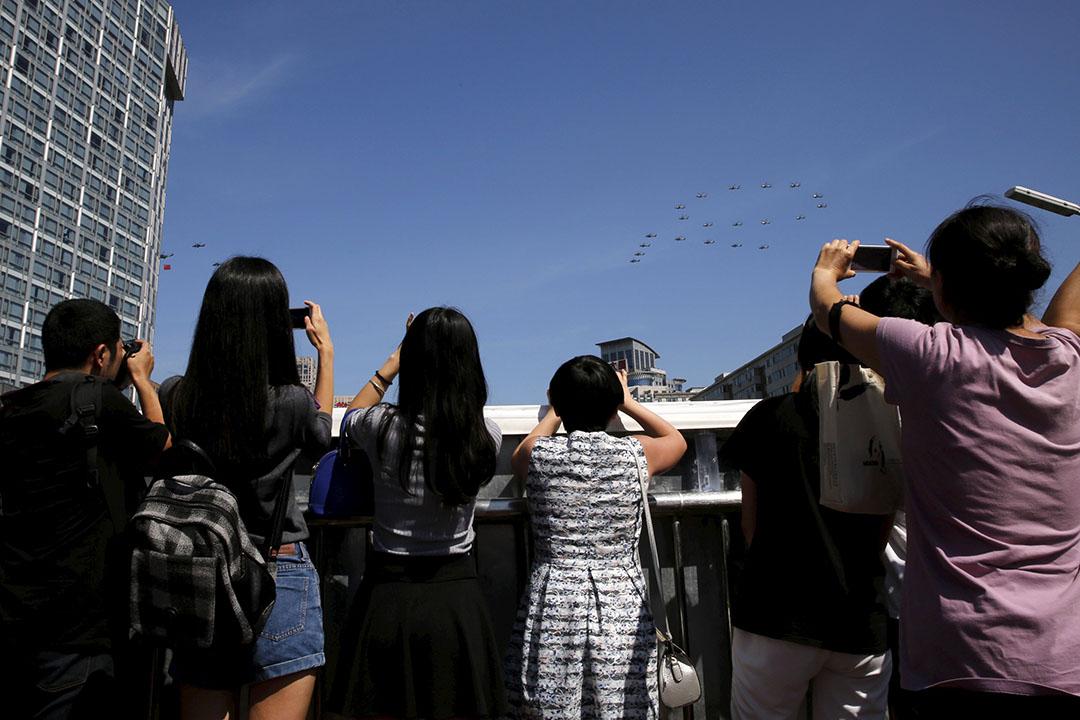 市民拍攝排列成「70」字樣的武裝直升機群在北京上空飛過的一刻。攝:Kim Kyung-Hoon/REUTERS