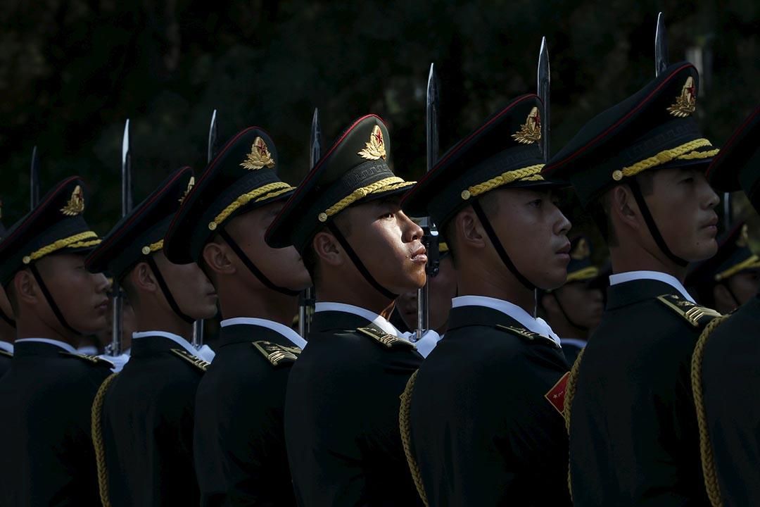 圖為中國人民解放軍 (PLA) 儀仗隊在北京人民大會堂外步操。攝: Kim Kyung-Hoon/REUTERS