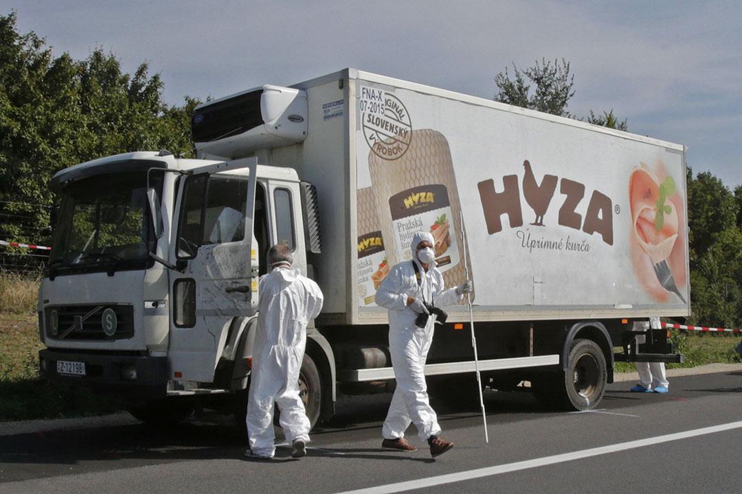 奧地利警方在高速公路一輛貨車前調查,早前在貨車上發現超過五十具屍體,相信是偷渡的難民因為貨車沒有通風系統而焗死,當中包括多名兒童。