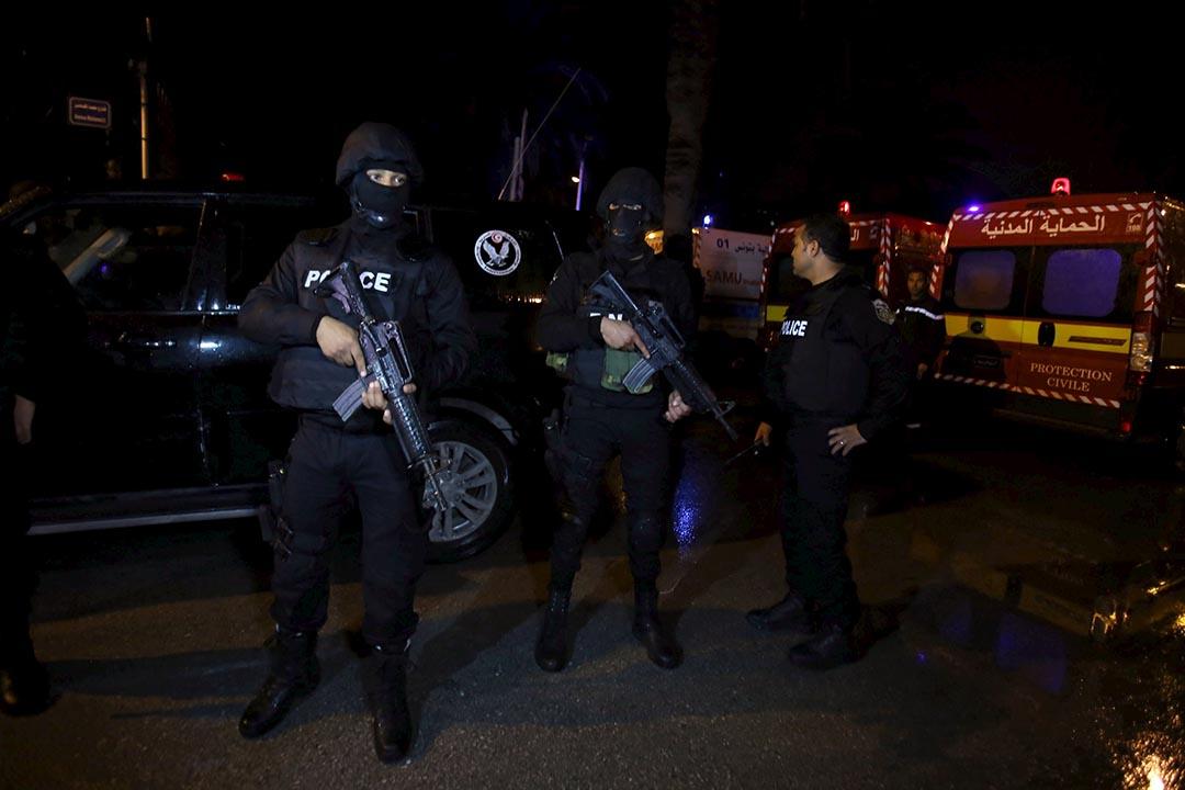突尼西亞首都突尼斯遭遇恐怖襲擊,圖為爆炸發生後突尼斯警察在持槍戒備。攝: Zoubeir Souissi /REUTERS