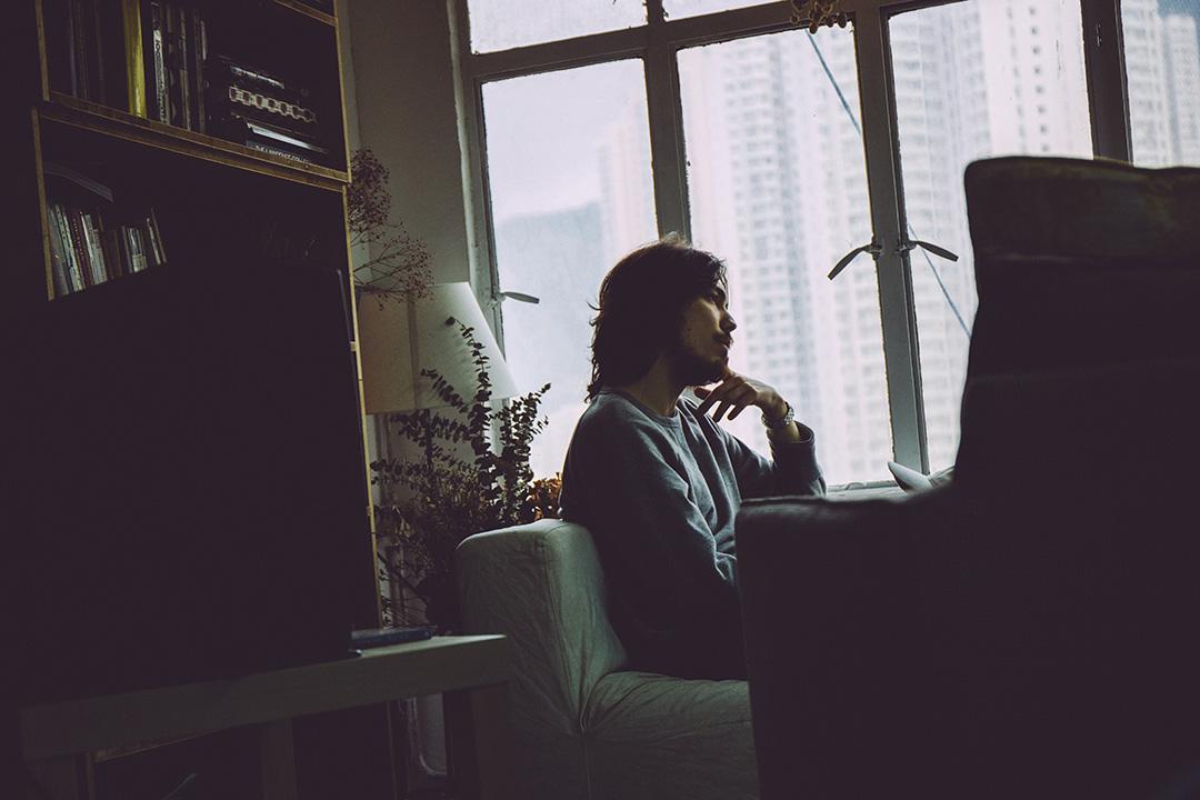 鍾正在他與朋友合租的工作室。這個靠窗戶的角落,是他們的「客廳」。攝:王嘉豪/端傳媒