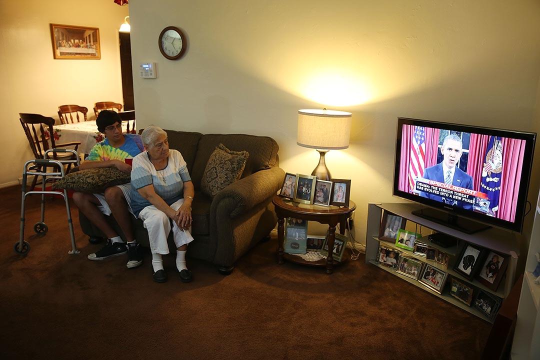 美國民眾在家中觀看奧巴馬的演說。攝 : Joe Raedle/GETTY