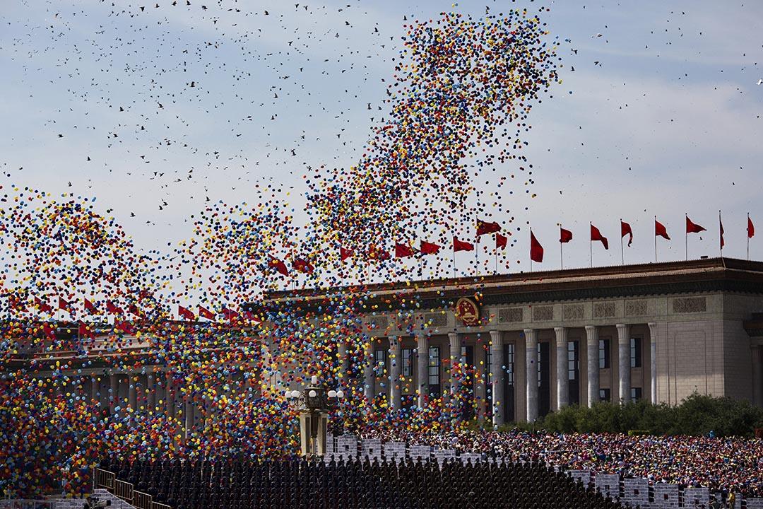 2015年9月3日,北京,解放軍舉行抗戰勝利70周年閱兵儀式,大批彩色氣球在中央人民大會堂前飄揚。攝:Kevin Frayer/Getty Images