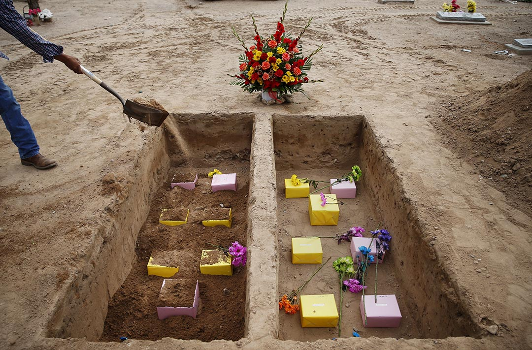 2015年10月7日 美國 新墨西哥州 工人埋葬14具無人認領的屍體。攝 : Shannon Stapleton/ AP