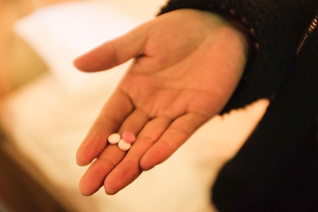 很多整容失敗的受害者都患上了不同程度的抑鬱症,為了控制病情,她們每天都要堅持吃藥。攝: 馮海泳