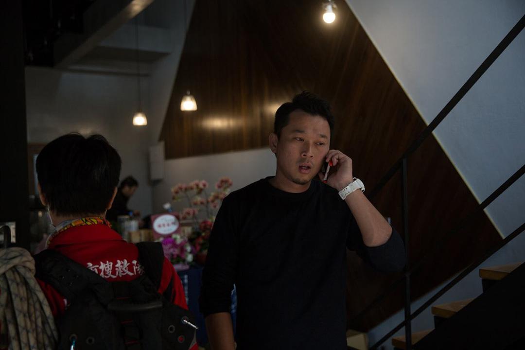 2016年2月7日,台南,京月居酒屋的老闆願意開放餐廳作救援人員的休息站。攝:徐翌全/端傳媒