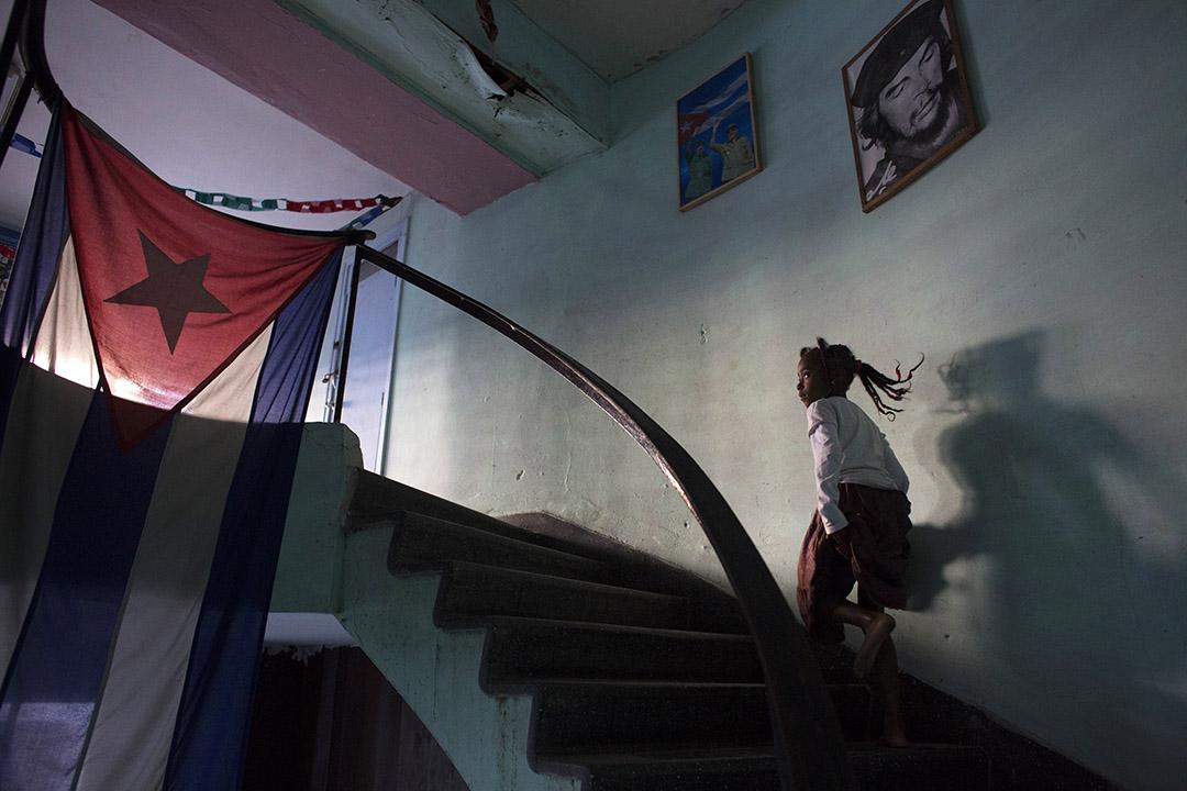 一名女孩在哲古華拉畫像下走過。攝 : Alexandre Meneghini/REUTERS