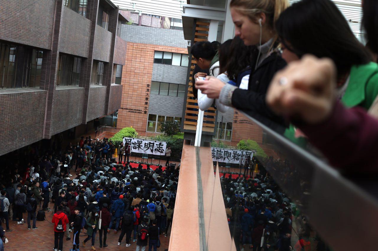2016年1月20日,香港大學,部分港大學生在校園內舉行罷課集會。 攝:盧翊銘/端傳媒