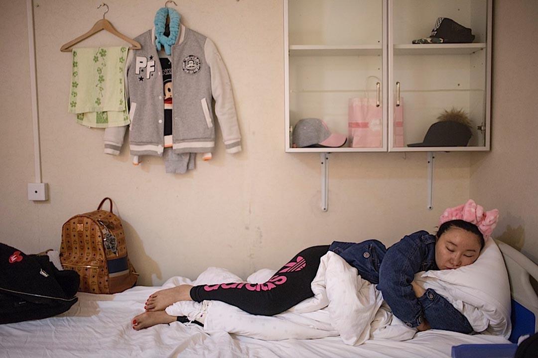 在北京的一家醫院,她為了維權,已經在此寄住了兩個月。面對維權渺茫的無奈,她希望一切事情從未發生,這只是一場夢,但這場噩夢卻一直沒有醒過。攝: 馮海泳
