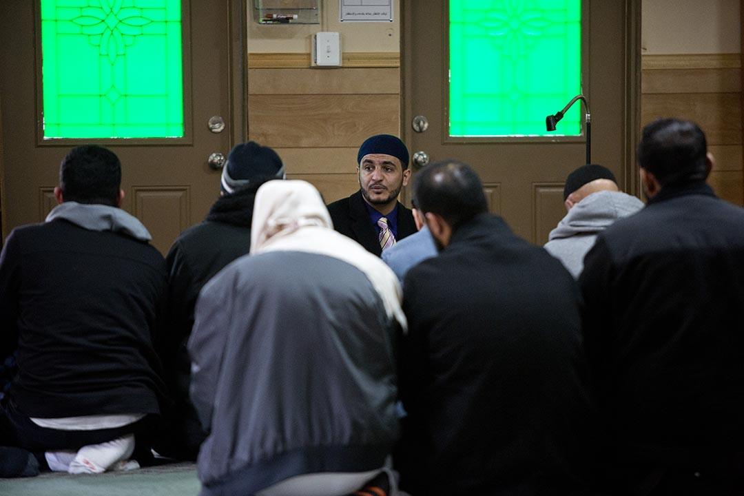 Yasser在Hamtramck伊斯蘭中心帶領敎徒祈禱。攝 : Laura McDermott/端傳媒