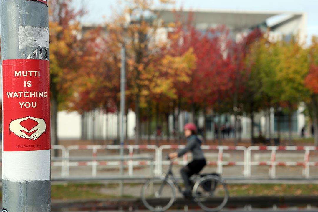 一名女士踏單車經過一支貼了