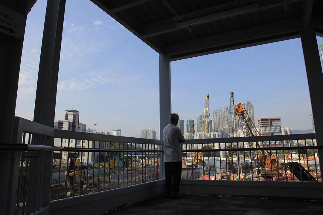 一名市民在橋上觀看香港高鐵工地。攝 : SK Hon/EyePress News