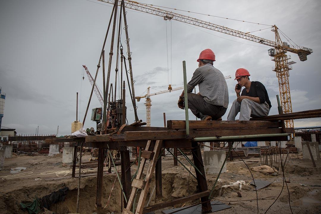 工人們在人工島的地盤休息。攝 : Billy H.C. Kwok/端傳媒