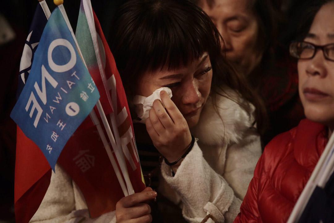 2016年1月16日,台北,國民黨支持者得悉朱立倫落選後不禁淚。攝:Anthony Kwan/端傳媒