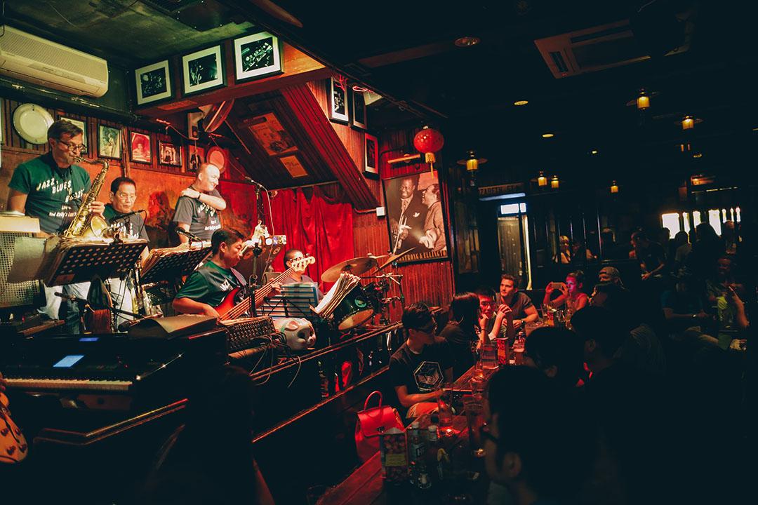 凡有表演時酒吧很大機會都會爆滿,大家敬請記得訂位或早點過來先小酎吧。攝:王嘉豪/端傳媒