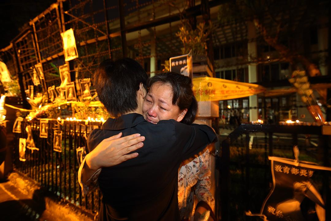 學生林冠華被發現死於新北市家中,引發台灣民衆到教育部外示威。一名女人在集會中痛哭。攝:張國耀/端傳媒