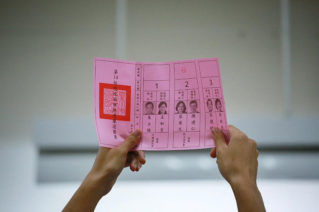 2016年1月16日,台北,台北忠孝國小票站在選舉結束後進行點票。攝:Billy H.C. Kwok/端傳媒