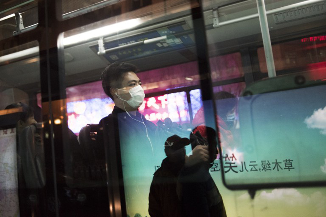 下班時間,公交車上的乘客都戴上口罩。攝:FRED DUFOUR/AFP