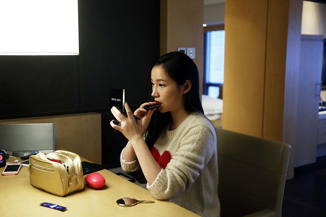 內地網絡紅人楊冰陽「ayawawa」經常錄製美妝視頻,教女性網友如何化妝、打扮,受到粉絲追捧。 攝:Wu Hao/端傳媒