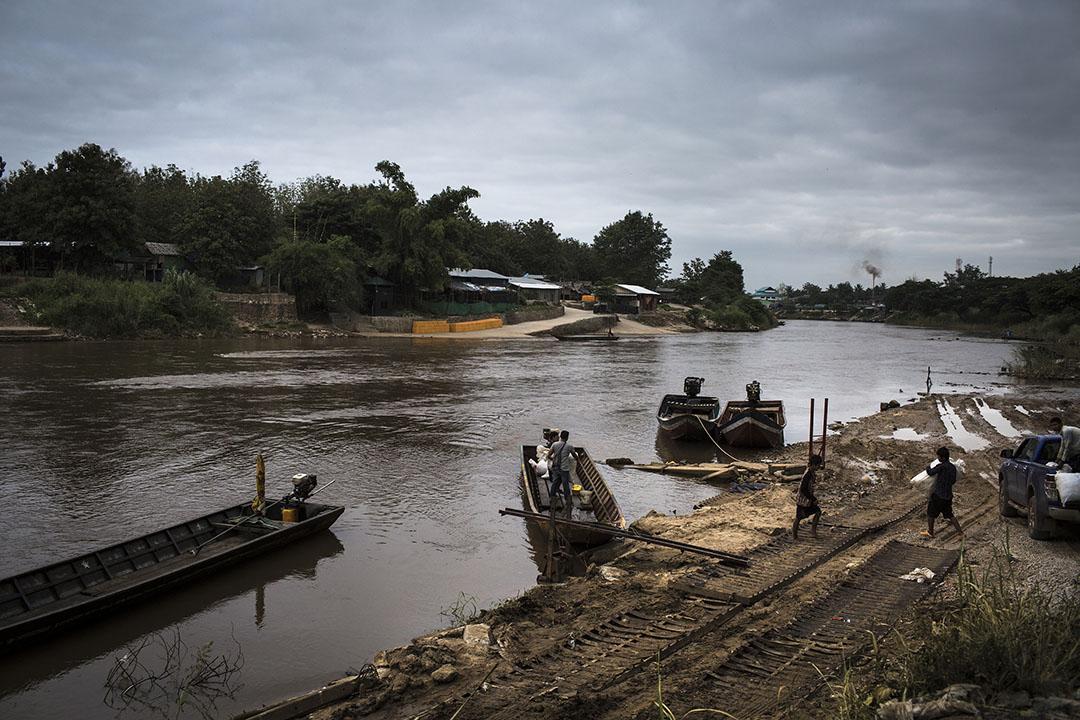 Mu Aye Bu對岸的一個渡船口。攝 : Mathieu Willcocks/端傳媒