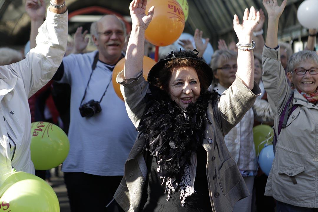 長者「快閃族」在城市中心的火車站廣場向公眾展示:老年也可以過得很cool !70歲的Christa(正中)連續兩年參與。攝: Rosa Maria Rühling