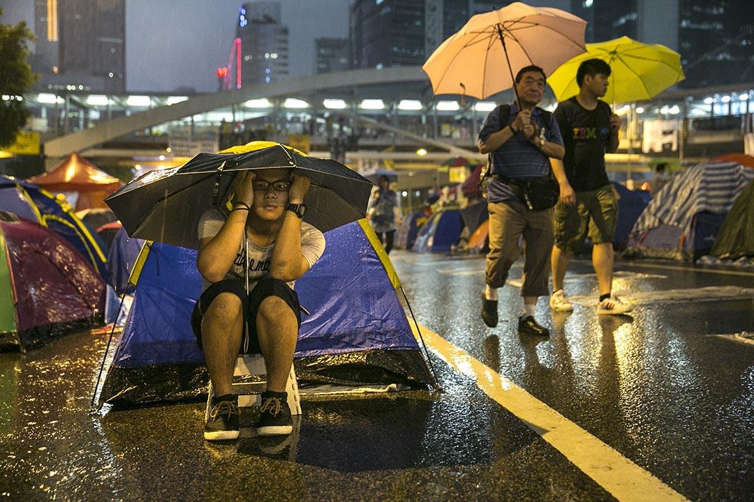 2014年10月22日,金鐘佔領區一名男子在大雨中留守。攝:Paula Bronstein/Getty