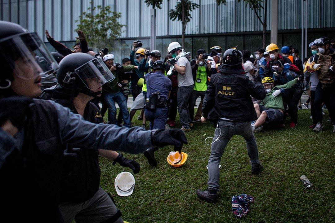 去年12月1日,警察驅散在政府總部集會的示威人士。 攝:Chris McGrath/Getty