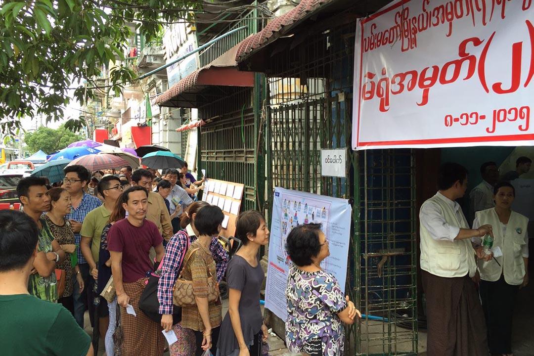 2015年11月8日,緬甸唐人街,緬甸舉行全國大選,選民在票站外排隊等候投票。攝:端傳媒攝影部