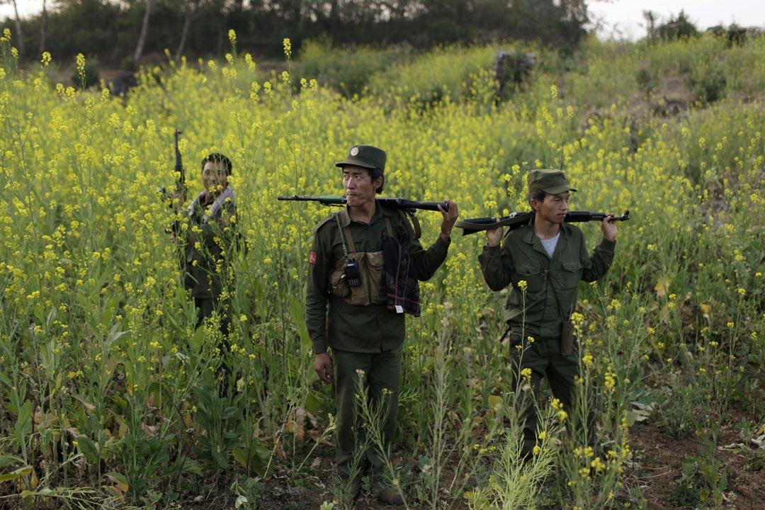 緬甸民族民主同盟軍士兵在一個鄰近果敢地區的軍事基地一帶巡邏。 攝: Stringer/REUTERS