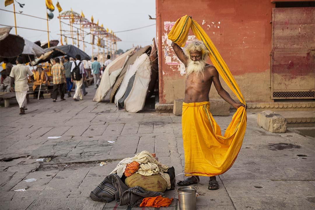印度瓦拉纳西街道上的苦行僧。攝:Kevin Frayer/Getty
