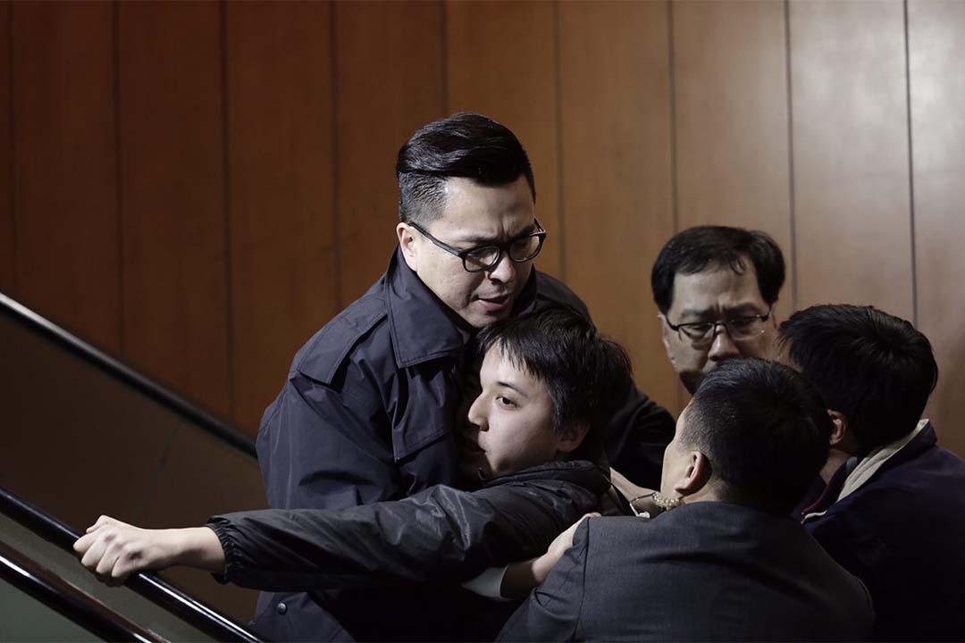立法會財委會審議高鐵工程196億元的追加撥款申請,期間有示威者闖入大樓內意圖上樓進入會議廳到達扶手電梯時,被保安阻止。攝:Anthony Kwan/端傳媒