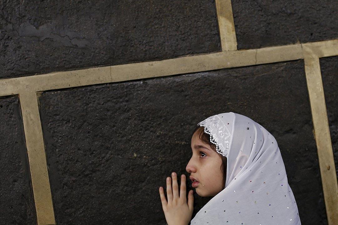 一位穆斯林女孩在宰牲節的一天,在大清真寺內朝聖。攝 : Ahmad Masood/REUTERS