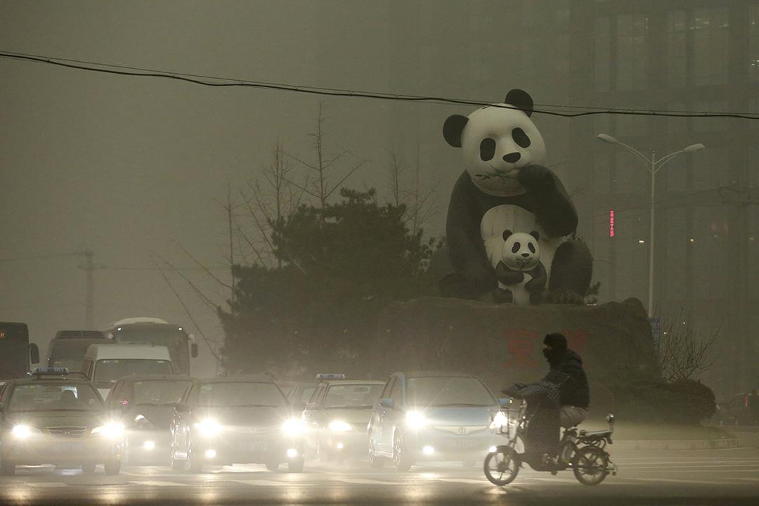 望京區地標大熊貓,也在黃色的霧霾中。攝:China Daily/REUTERS